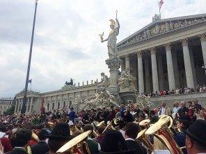 Landes-Kpm.-Stv. Gerhard Schnapl dirigierte beim Sympathiekonzert vor dem Parlament.