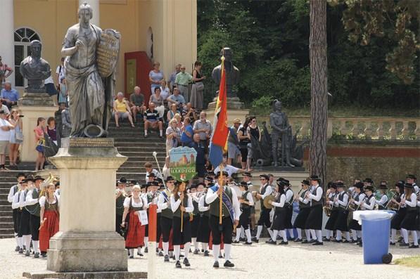 Die Grenzlandkapelle Hardegg marschiert mit 88 Mitgliedern zum Monsterkonzert vor der Säulenhalle ein.