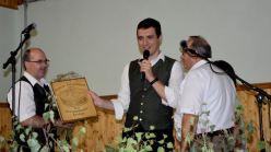 Kpm. Johann Pausackerl und Obmann Martin Schiner überreichen das Geschenk zum 60er an Jubilar Günther Trautenberger.