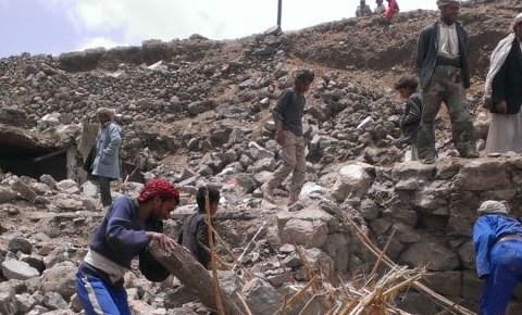Villagers scour rubble after the bombing of Hajar Aukaish, Yemen, April 2015; photo by Almigdad Mojalli.