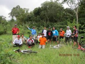 Bahagia Bersama di Puncak Bukit di Tepi Kali Boyong