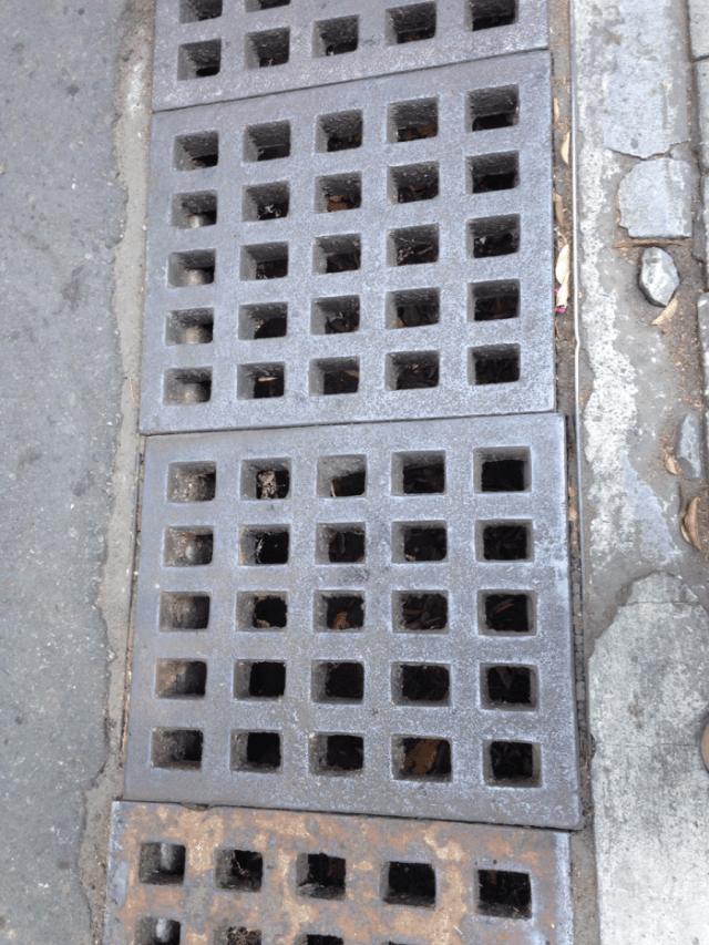 Contoh penutup saluran air di jalan yang lebih aman