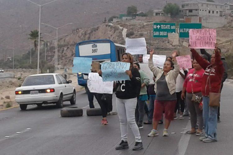 Exigen maestros y plantel digno, se manifiestan padres de familia de Telesecundaria 117 (Baja California)