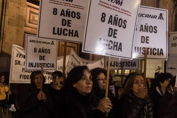 Ex trabajadores de Mexicana protestan en Palacio Nacional