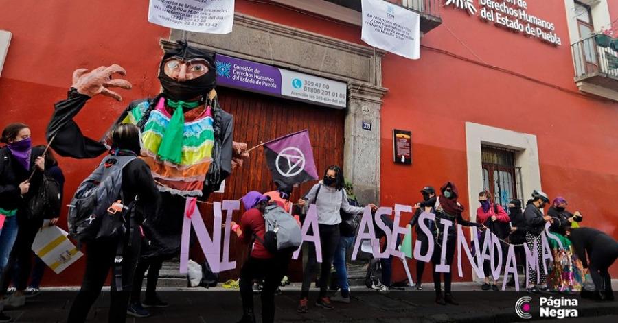 Feministas realizan el cierre simbólico de la CDH en Puebla