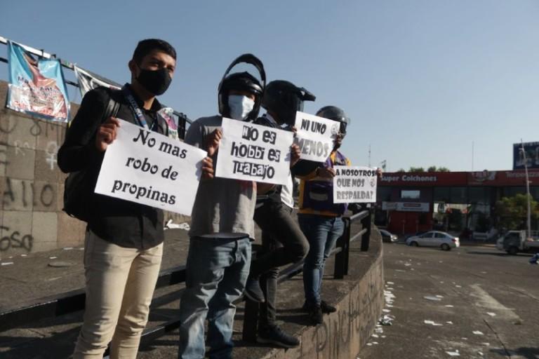 """""""Si le cobras al cliente lo justo, ¿Por qué no me pagas lo justo?"""": protesta de repartidores de plataformas digitales de entrega de alimentos (Jalisco)"""