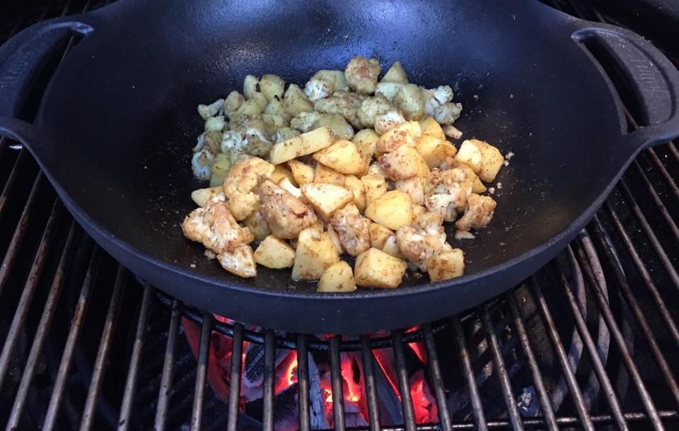Aardappel bloemkoolschoten in Weber wok