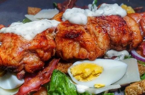 Caesar Salade met gegrilde kippendijen
