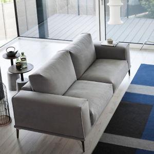 A richiesta i bordi in rilievo e a contrasto seguono le linee del divano e lo valorizzano con un dettaglio in più
