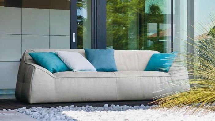 Il divano trova il suo posto ideale in ambienti ad alto tasso di comodità. Forme generose per un aspetto friendly, senza rinunciare alla qualità dei dettagli