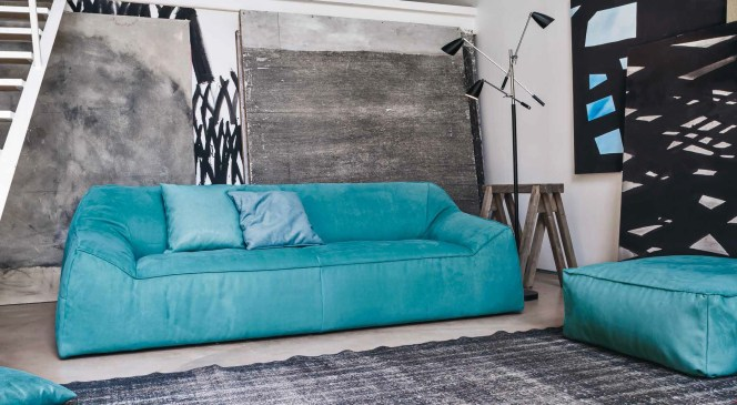 Bracciolo e schienale formano un tutt'uno con la seduta e il divano diventa un unico elemento. Morbido e informale, ampio e comodo per ambienti di grande personalità