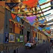 Calle del Oso engalanada para las fiestas