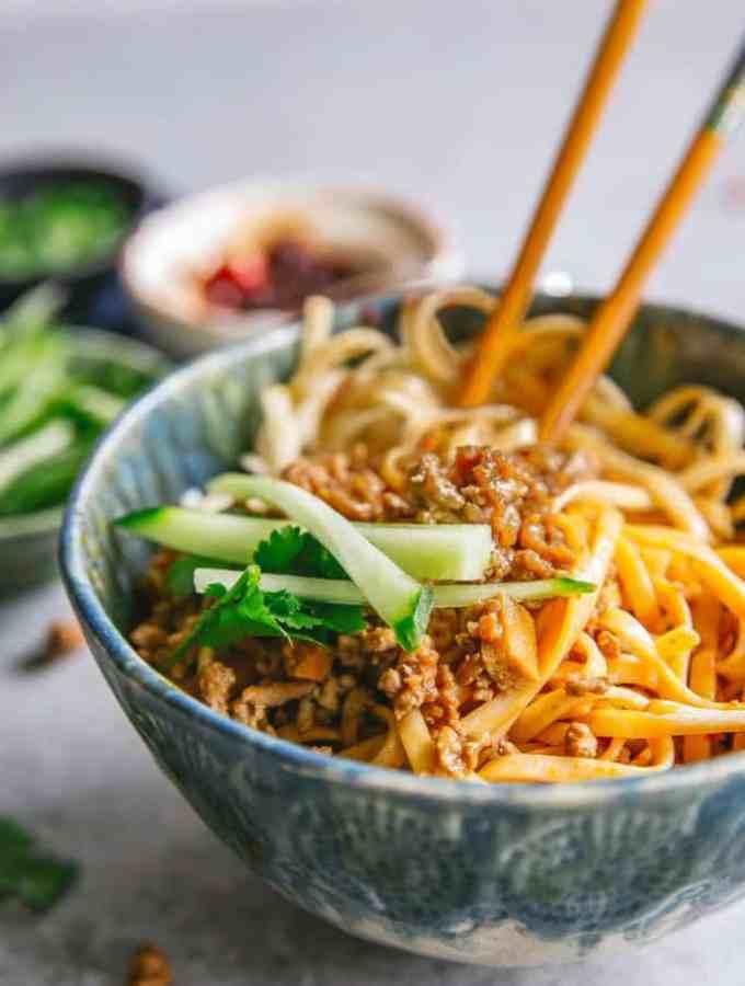 chinese minced pork noodles (zha jiang mian)