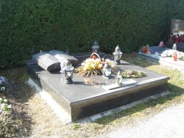 Nadgrobni spomenici (70)