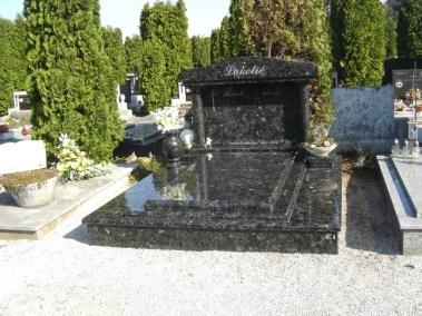 Nadgrobni spomenici (78)