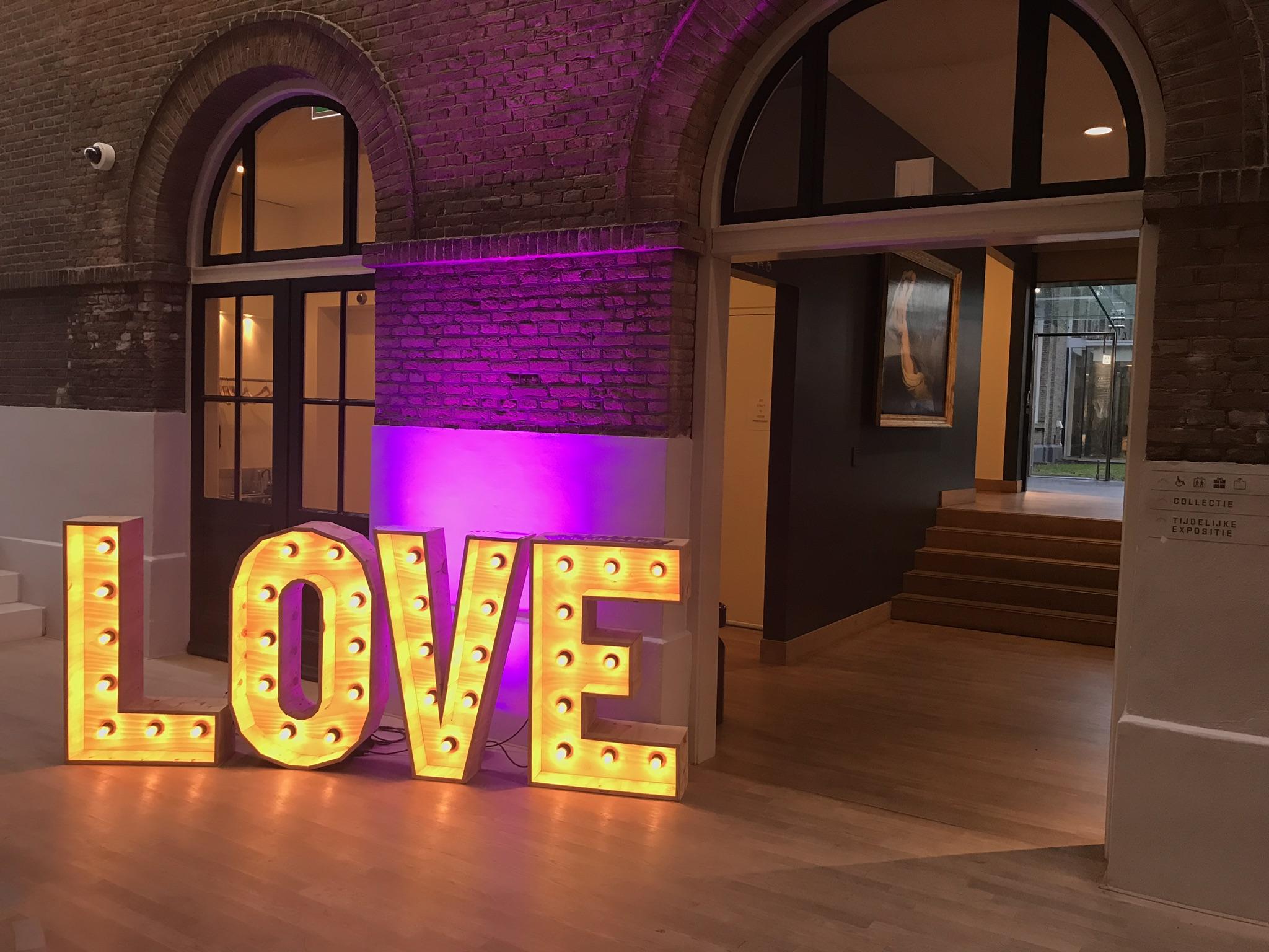 Letters Met Licht : Verlichte love letters huren voor je bruiloft of feest