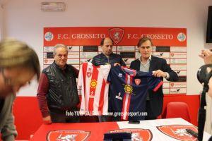presentazione maglie e sponsor - foto 5. Da sinistra a destra: Brogelli, Pincione, Iapaolo. I tre mostrano le maglie da gioco con i nuovi sponsor societari