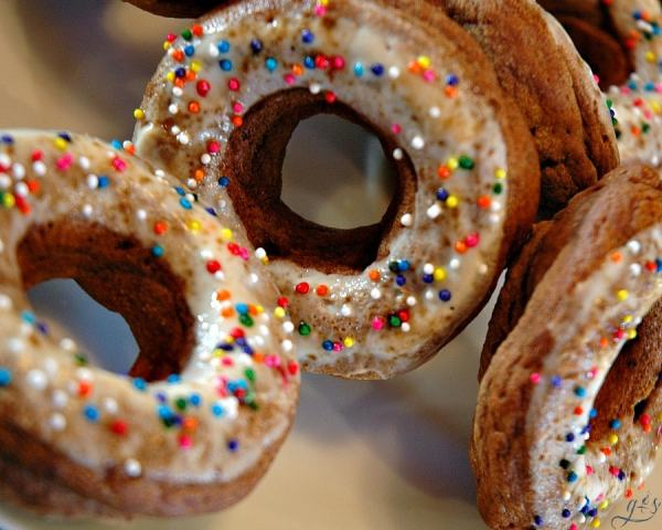 Clean Eating Baked Donuts   This easy homemade donut recipe does not disappoint! Healthy, gluten free, and simple to make. Top with sprinkles for the kids or coconut sugar for the adults. Perfect for a skinny breakfast or snack - only 90 calories per donut! Goodbye Krispy Kreme, you've been replaced!