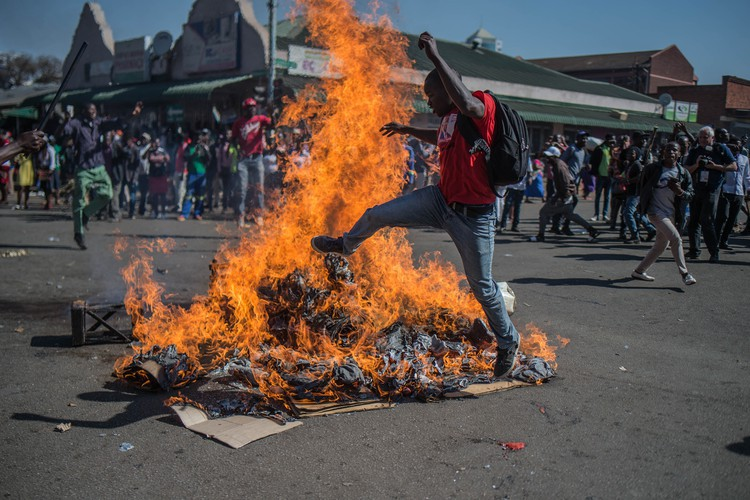 Photo of MDC supporters protest in the city of Harare