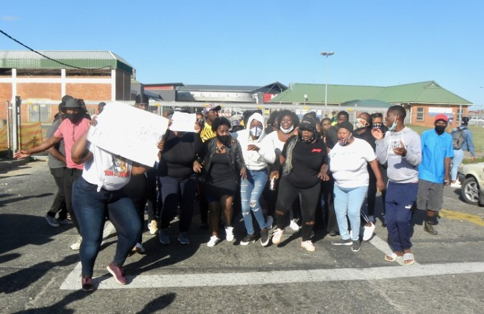Unemployed youths threaten to shut shopping mall