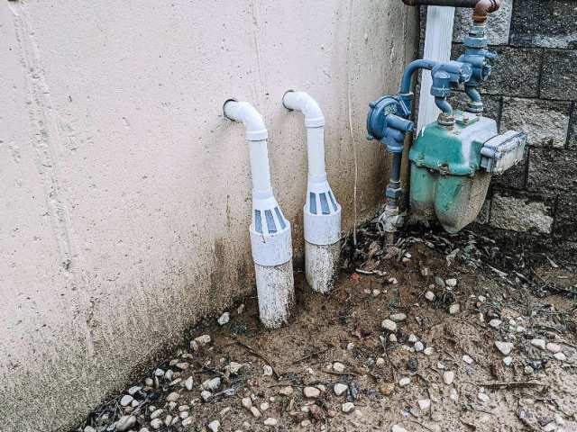 Sump pump external drain system with vents
