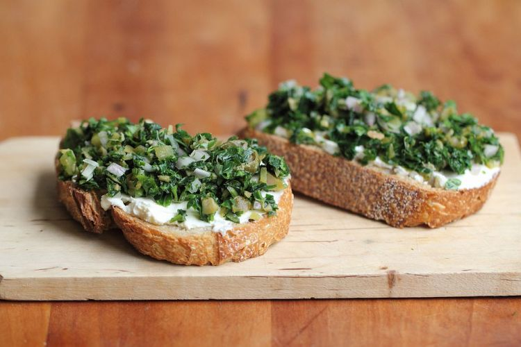 Kale bruschetta with mascarpone
