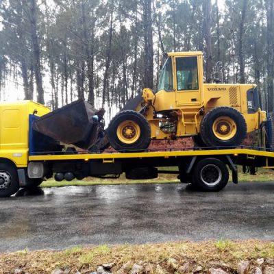 Grúa transportando excavadora