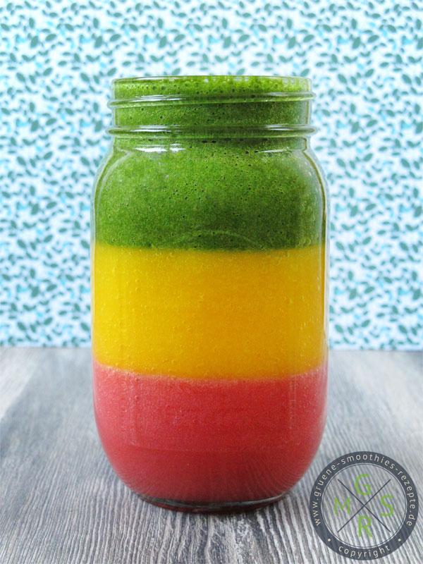 Reggae-Smoothie mit Spinat, Petersilie, Matcha, Gerstengras, Banane, Mango und Erdbeeren