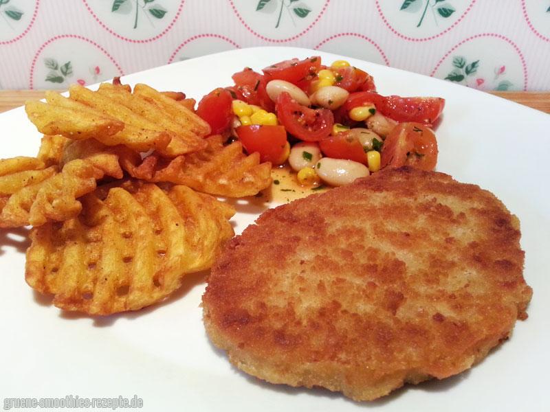 veganen Visch-Filet, Kartoffelgitter und einen Tomaten-Bohnen-Mais-Salat