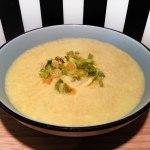 Die pikante vegane Bananen-Linsen-Suppe mit Fühlingszwiebel-Topping