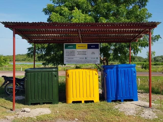 Contenedores de reciclaje bajo una techada