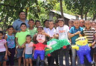 Retrato grupal de varios niños y un adulto durante la celebración del día del niño en la finca La Apintal