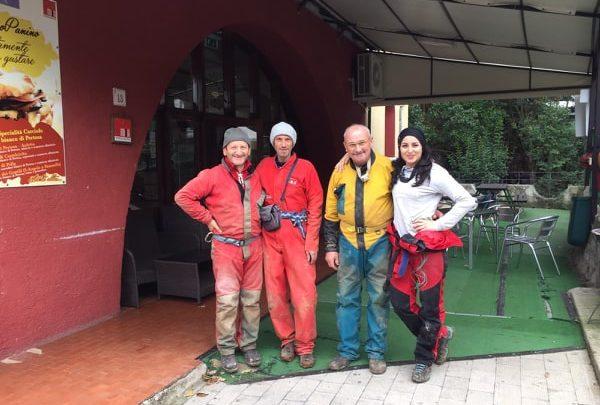La squadra impegnata nelle Grotte di Pertosa-Auletta davanti allo Speleobar.