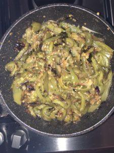 Cosce di pollo con contorno di cipolla e peperoni