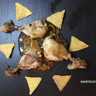 Tortilla croccanti al tabasco con insalata calda e cosce di pollo