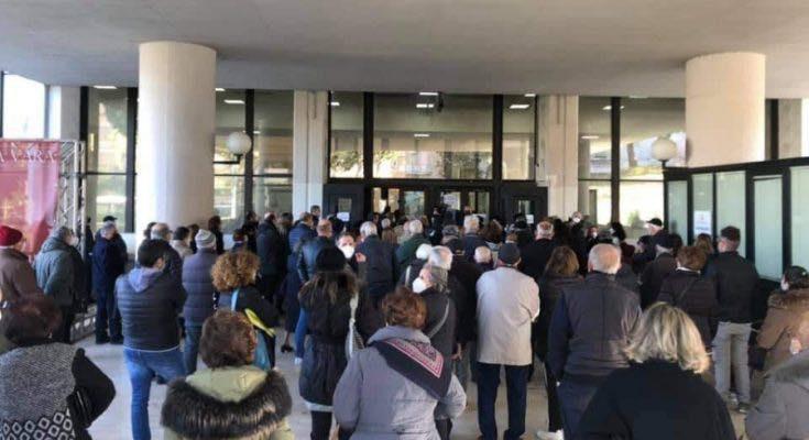 Assembramento anziani nei punti vaccinazione in Calabria