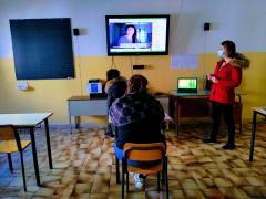 studenti-in-classe-con-insegnante-e-monitor.
