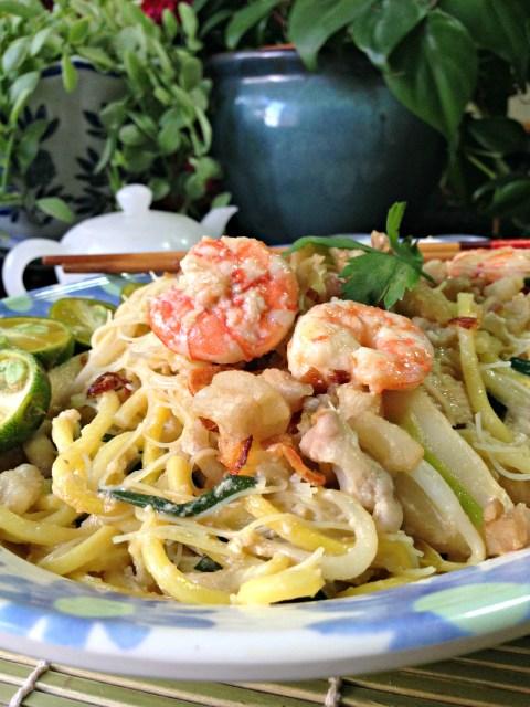 Prawn noodles? Hokkien noodles?… No, it is Singapore Hokkien Fried Prawn Noodles (新加玻福建炒虾面)