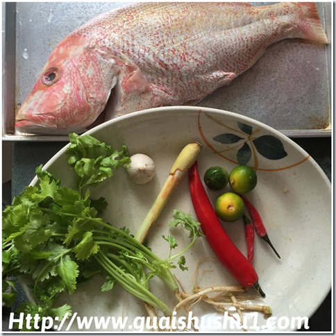 Thai Steamed Fish with Lime (Pla Neung Manao or ปลากะพงนึ่งมะนาว 泰式柠檬蒸鱼 )