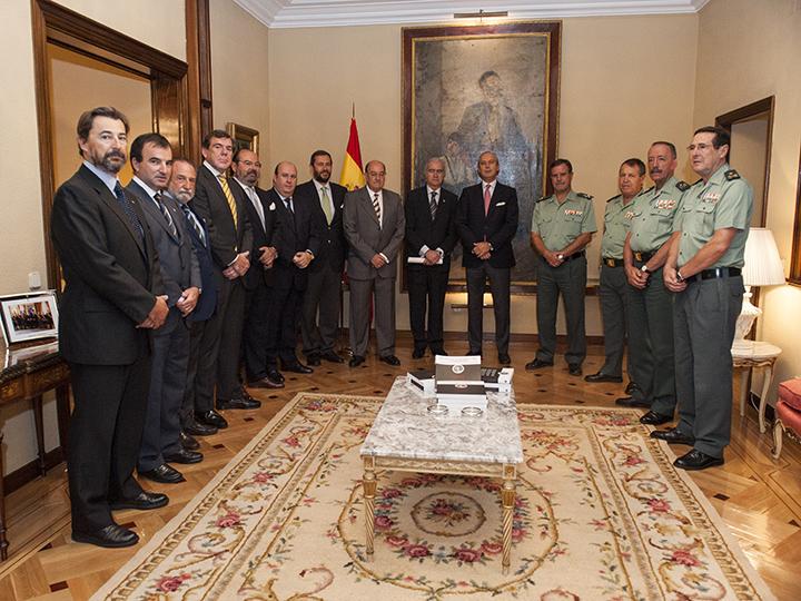"""El Director General recibe a los autores del libro """"Galería de la Guardia Civil y Carabineros"""""""