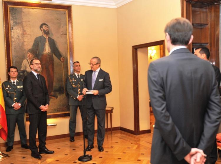 El Director General de la Guardia Civil condecora al Jefe de la Oficina del FBI en España