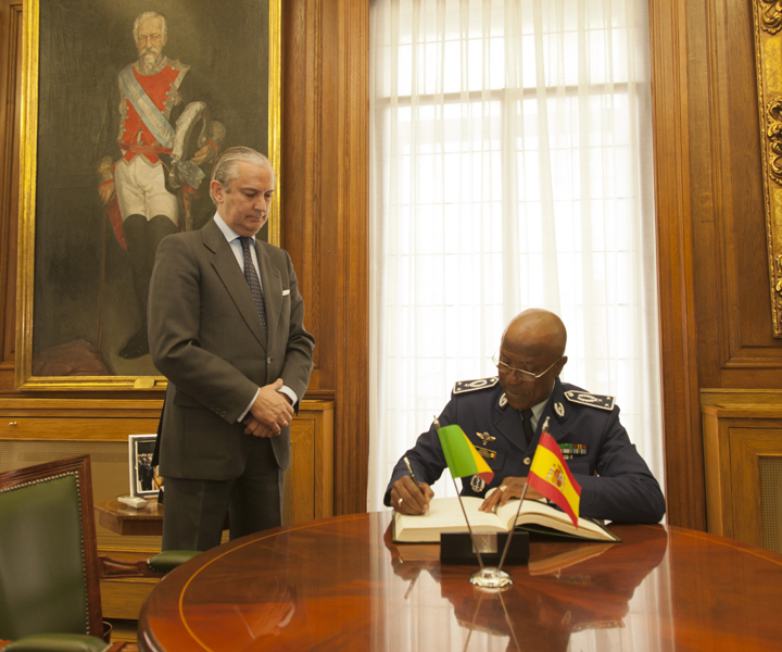 El Director General de la Guardia Civil recibe a una Comisión de la Gendarmería Nacional de Senegal