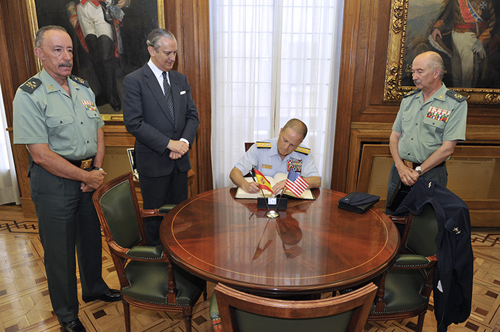 El Director General de la Guardia Civil recibe al Director del JIATF-S, el Contralmirante Christopher J. Tomney