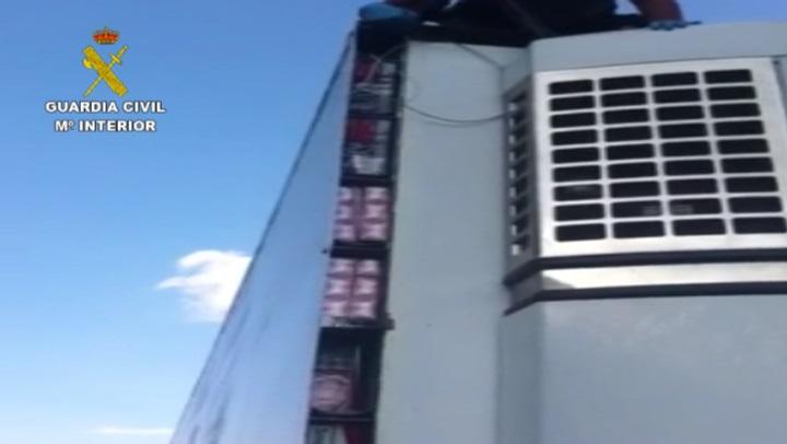 La Guardia Civil se incauta de 80.000 cajetillas de tabaco en sofisticados dobles fondos de un camión