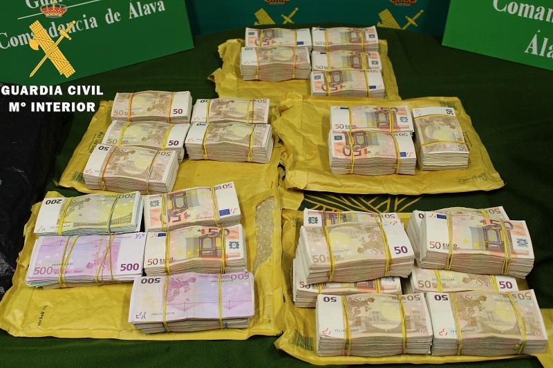 La Guardia Civil encuentra oculto entre el equipaje de un vehiculo 422.510 euros