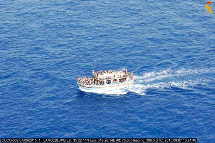 La Guardia Civil localiza una embarcación con unos 300 inmigrantes en aguas del sureste de Sicilia