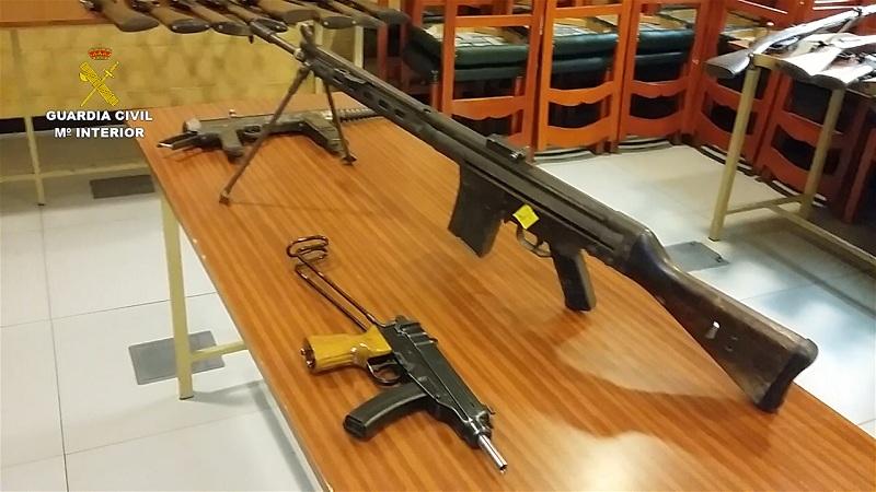 La Guardia Civil detiene a dos personas por almacenar armas, artefactos explosivos y munición en sus domicilios