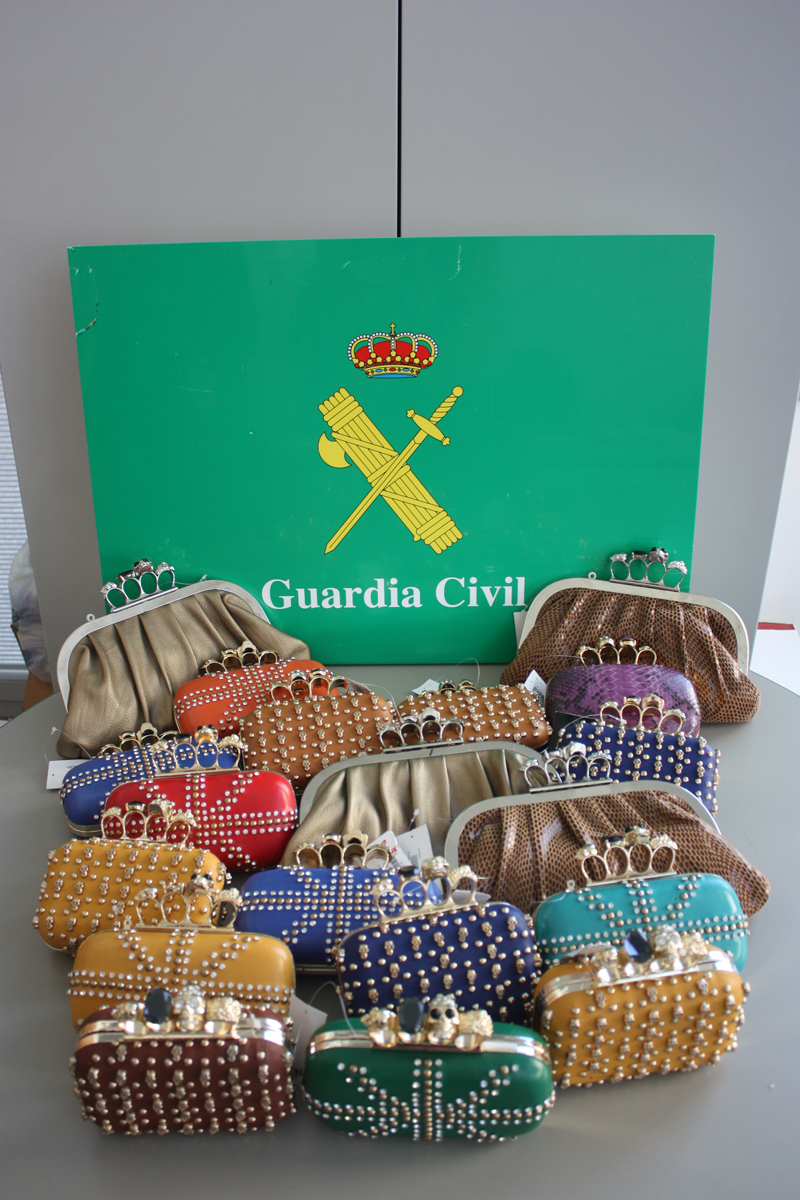 La Guardia Civil interviene en tres tiendas 26 bolsos considerados armas prohibidas