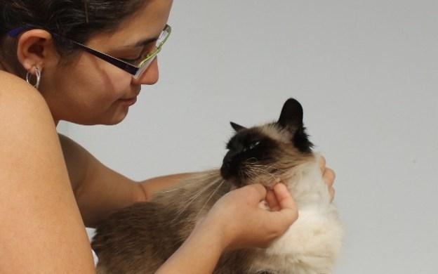 Milena acariciando a su gata Maggie