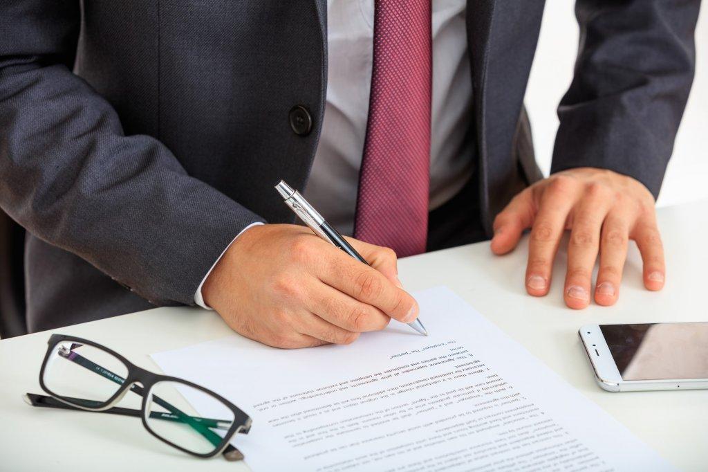 Persona firmando